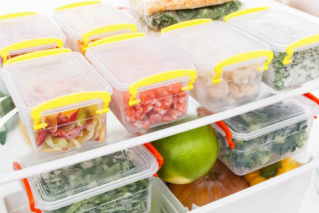 Comidas congeladas em potes no freezer