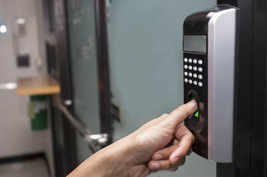 Mão usando a impressão digital para abrir a porta.