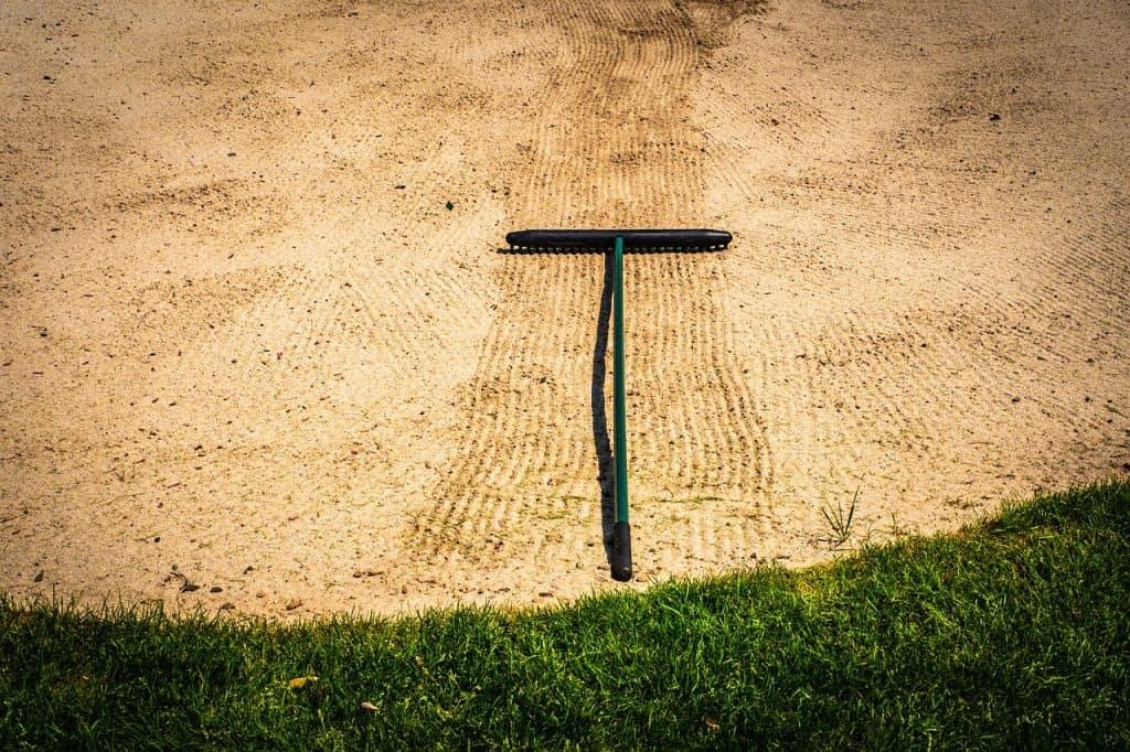 Imagem de ancinho em areia.