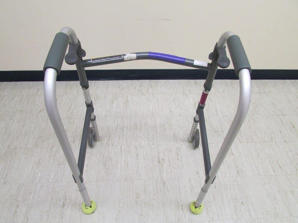 Imagem de um andador com duas rodas.