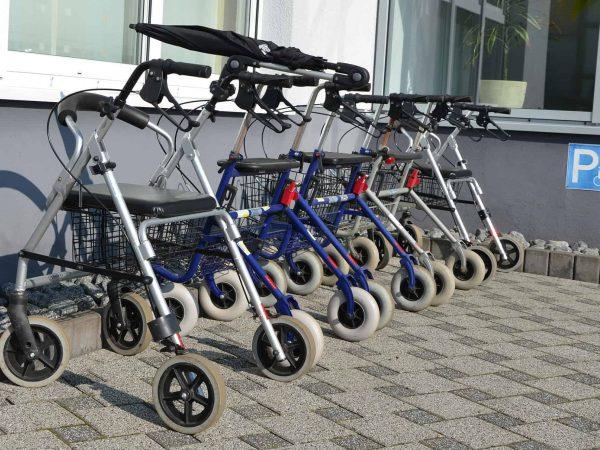 Imagem de andadores com rodinhas.