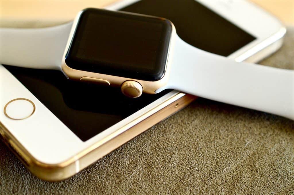 Imagem de um Apple Watch em cima de um iPhone.