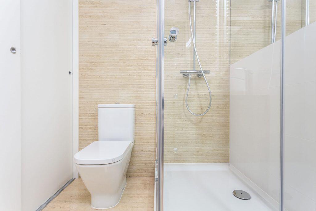 Imagem de banheiro com ralo inteligente no box do chuveiro.