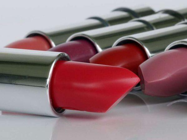 Imagem de diferentes cores de batom matte.
