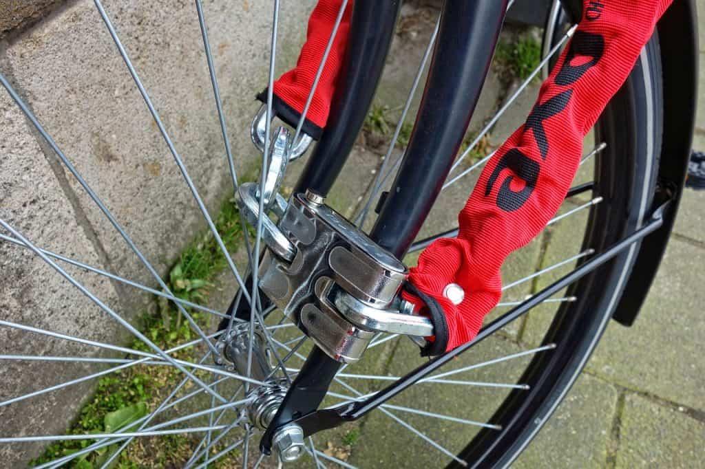 Cadeado de bicicleta resistente preso na roda.
