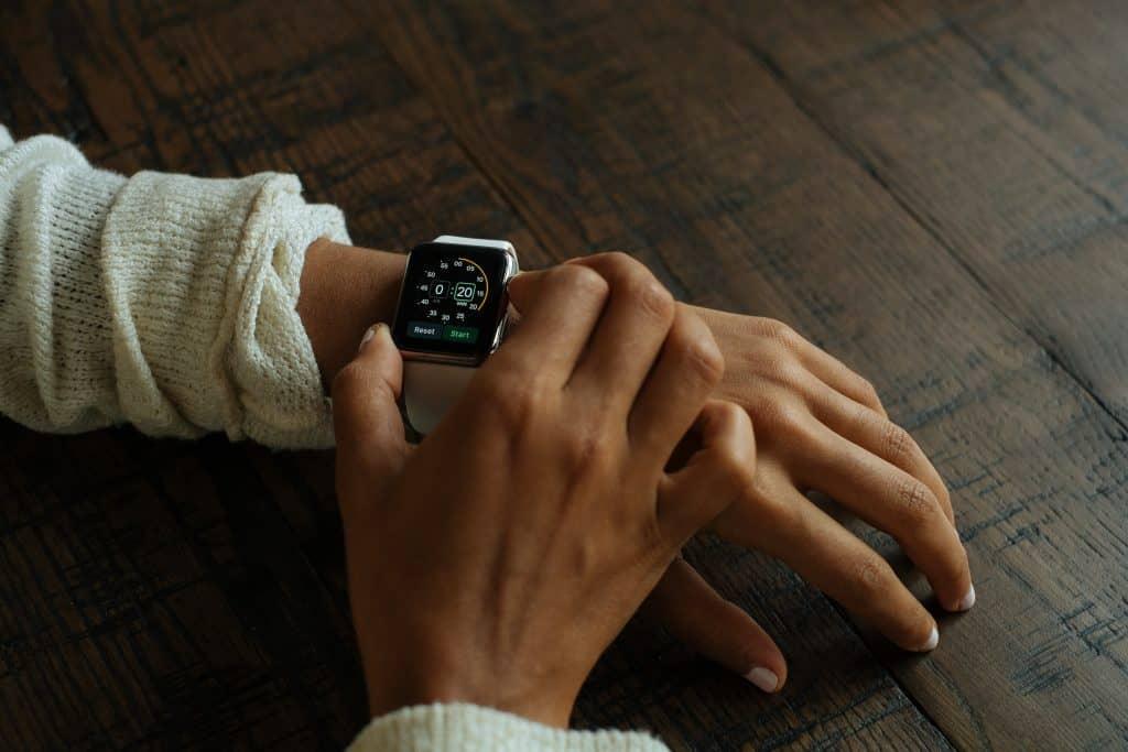 Imagem de uma moça usando um Apple Watch.