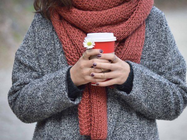 Imagem de uma mulher vestindo um cachecol.