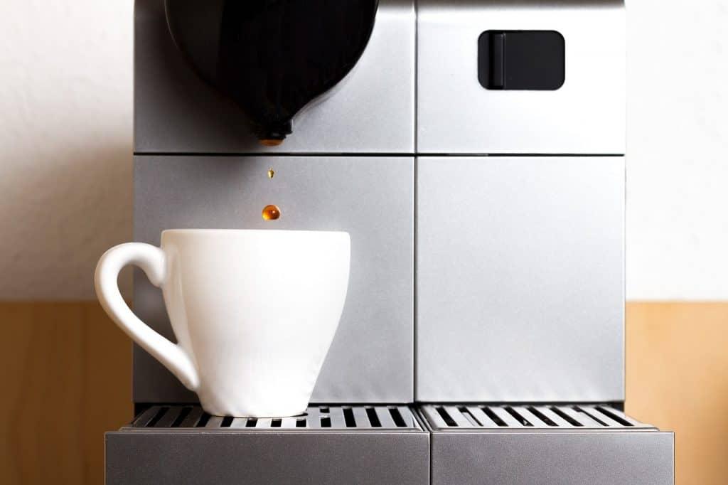Máquina de café Nespresso preparando café.