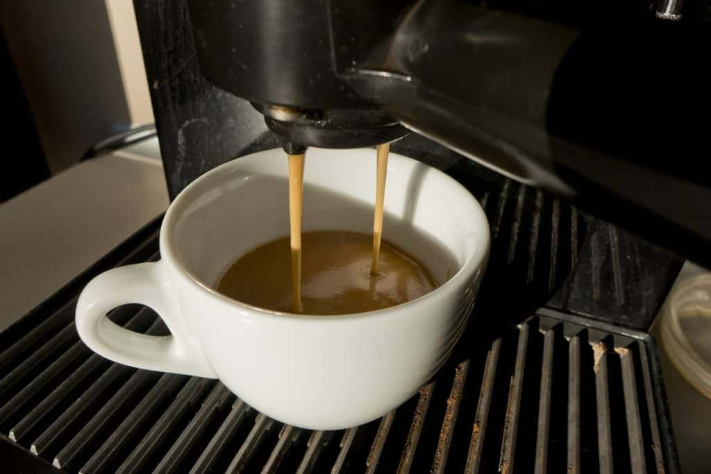 Café saindo da cafeteira.
