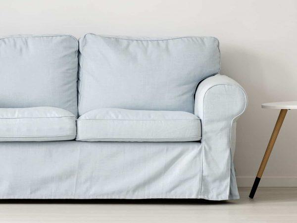 Imagem de sofá com capa azul.