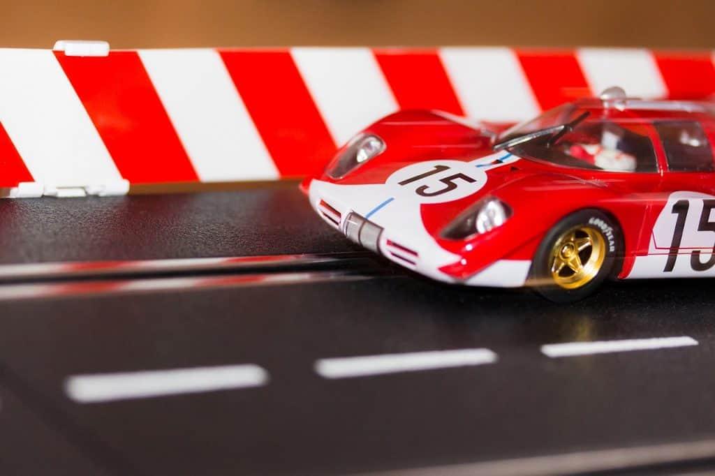 Carro vermelho em pista de autorama.