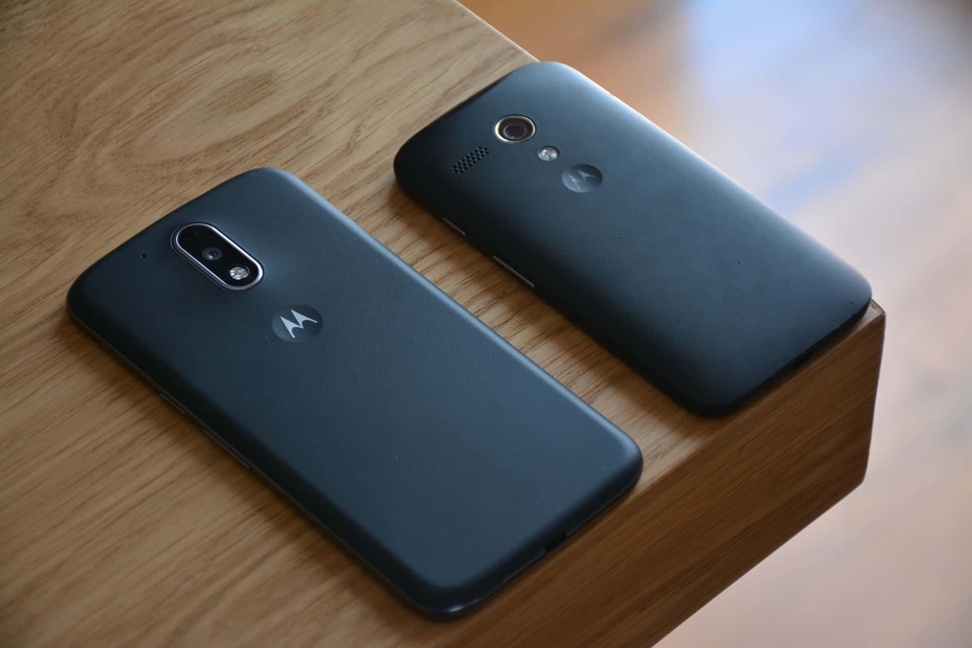 Imagem de dois smartphones da Motorola.