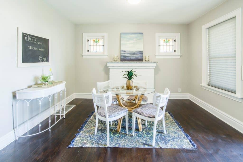 Imagem de mesa de jantar com centro de mesa de abacaxi.