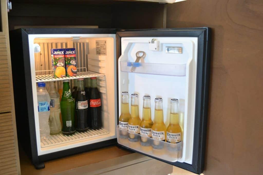 Imagem de frigobar com cervejas.
