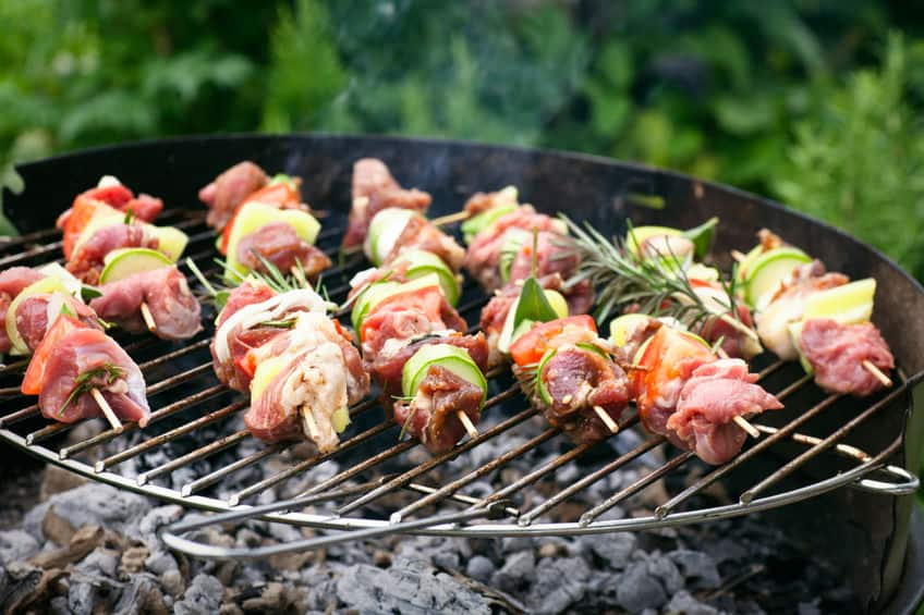 Imagem de churrasqueira com espetinhos.