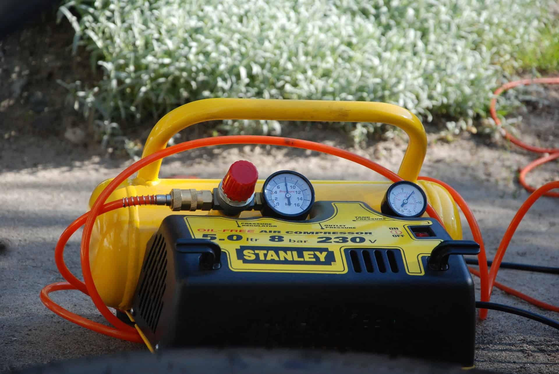 Compressor de ar amarelo.