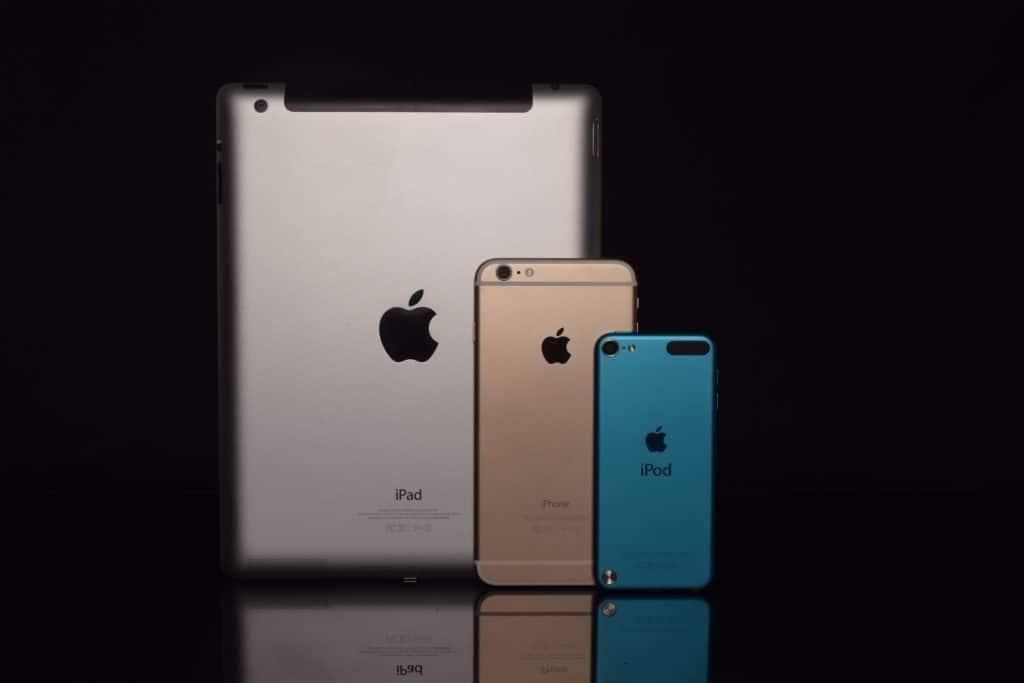 Imagem de dispositivos da Apple em diferentes tonalidades.