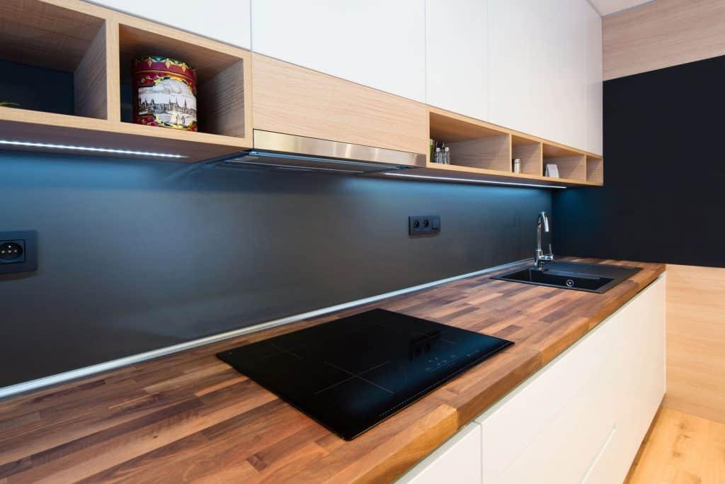 Bancada de cozinha com fita de LED instalada.