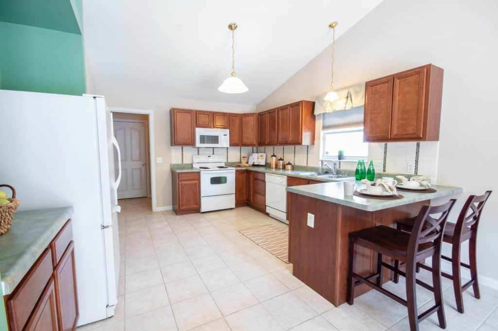 Imagem de cozinha moderna cm móveis de madeira e tapete para cozinha estampado