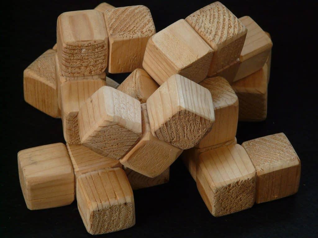 Peças de madeira que formam cubo.