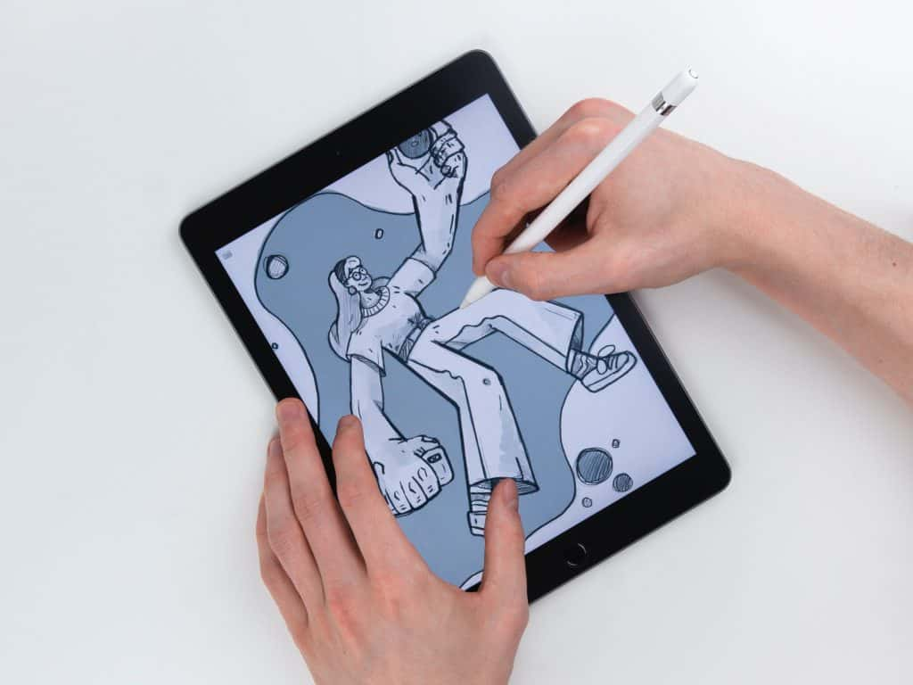 Imagem de uma pessoa usando uma Apple Pencil para desenhar.
