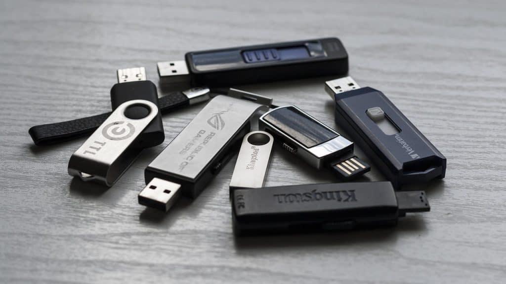 Imagem de vários dispositivos de pen drive.