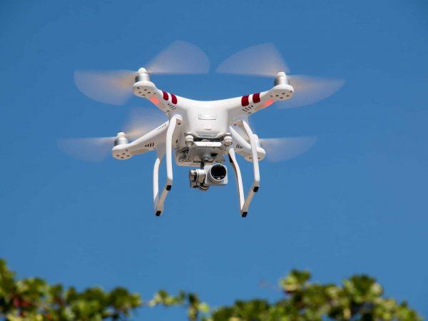 Imagem de um drone com câmera.