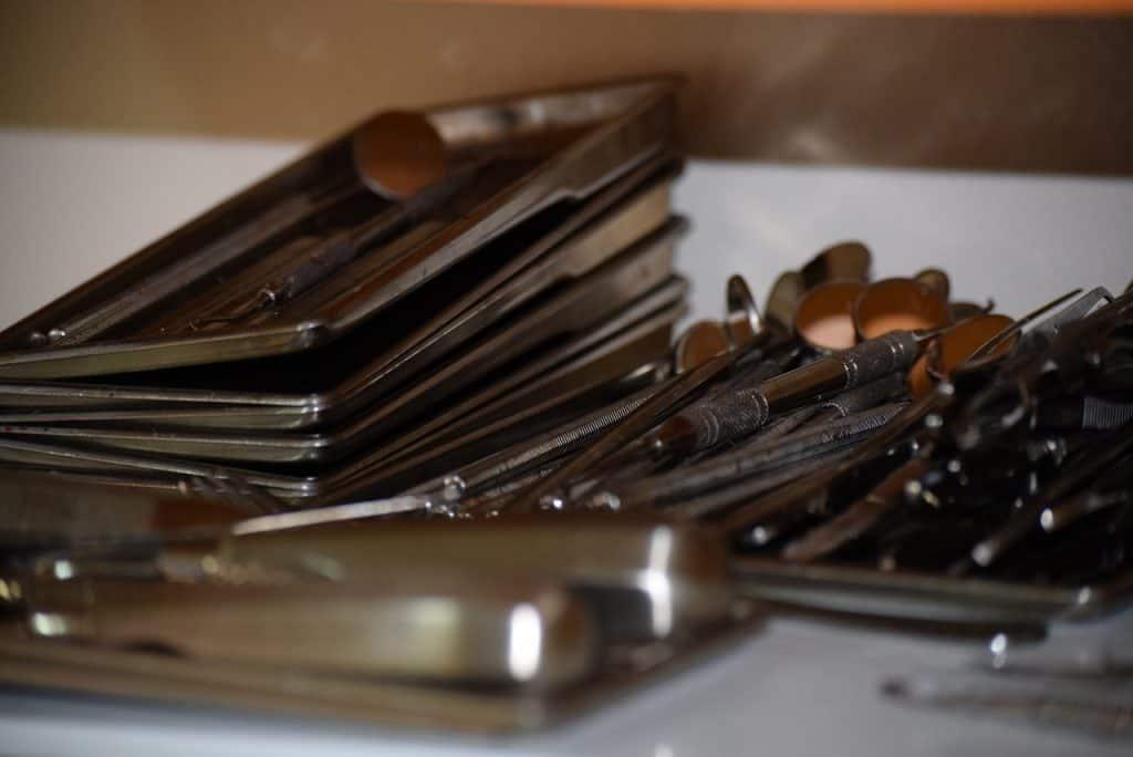 Imagem mostra equipamentos de odontologia sobre uma mesa.