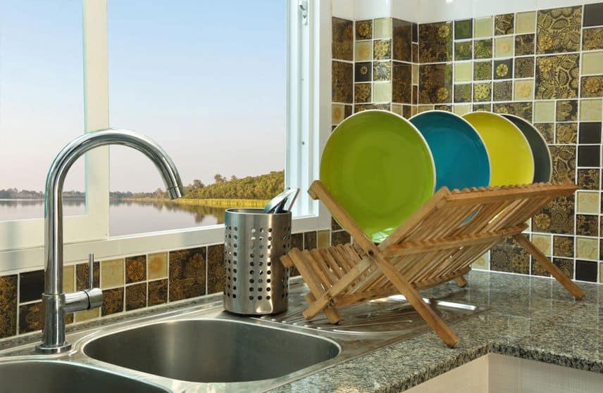 Imagem de escorredor de madeira com pratos.