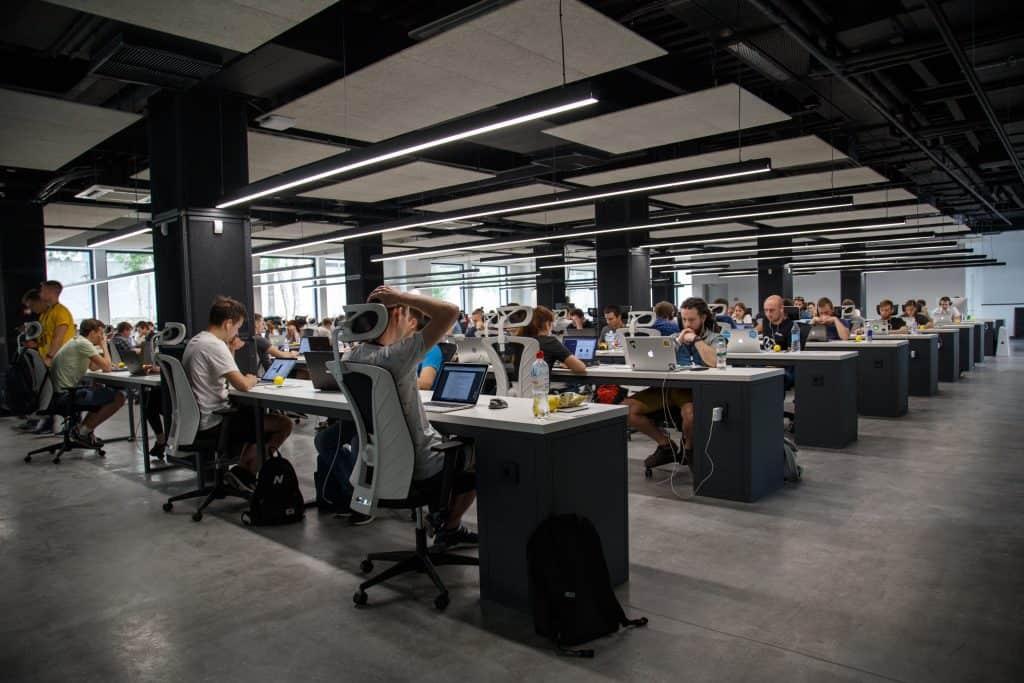 Imagem de pessoas trabalhando em um escritório