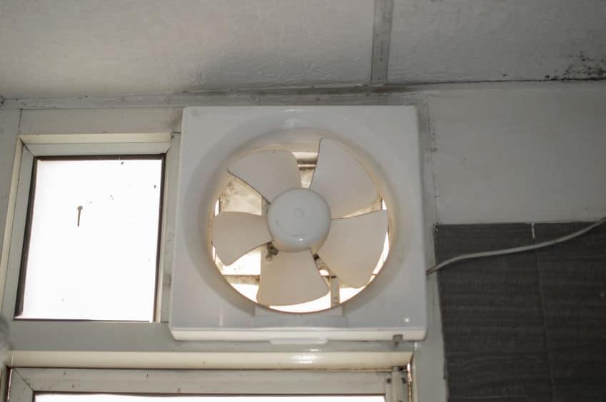 Imagem mostra um exaustor na parede lateral de algum local.