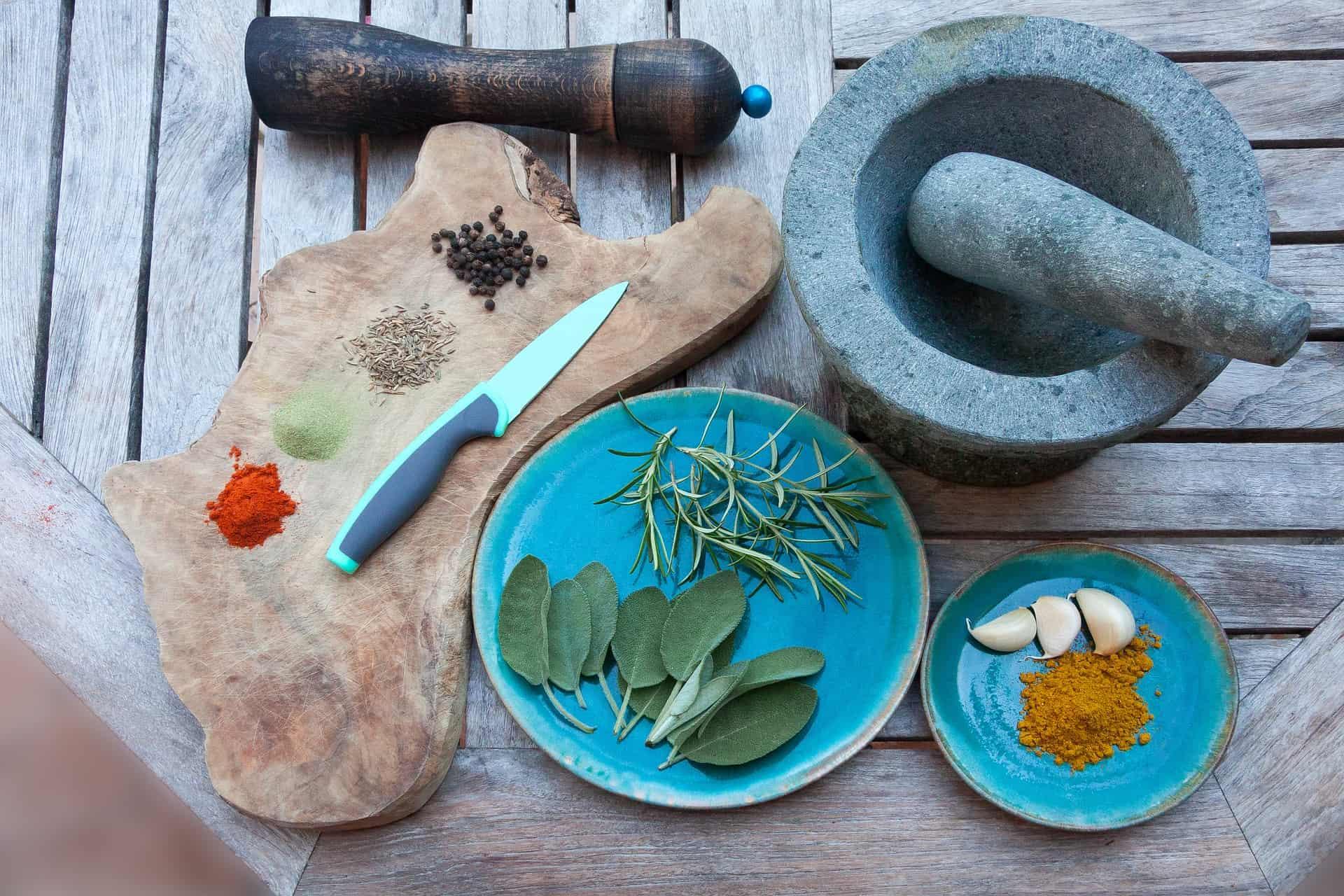Imagem de uma faca de cerâmica em cima de uma tábua de corte.