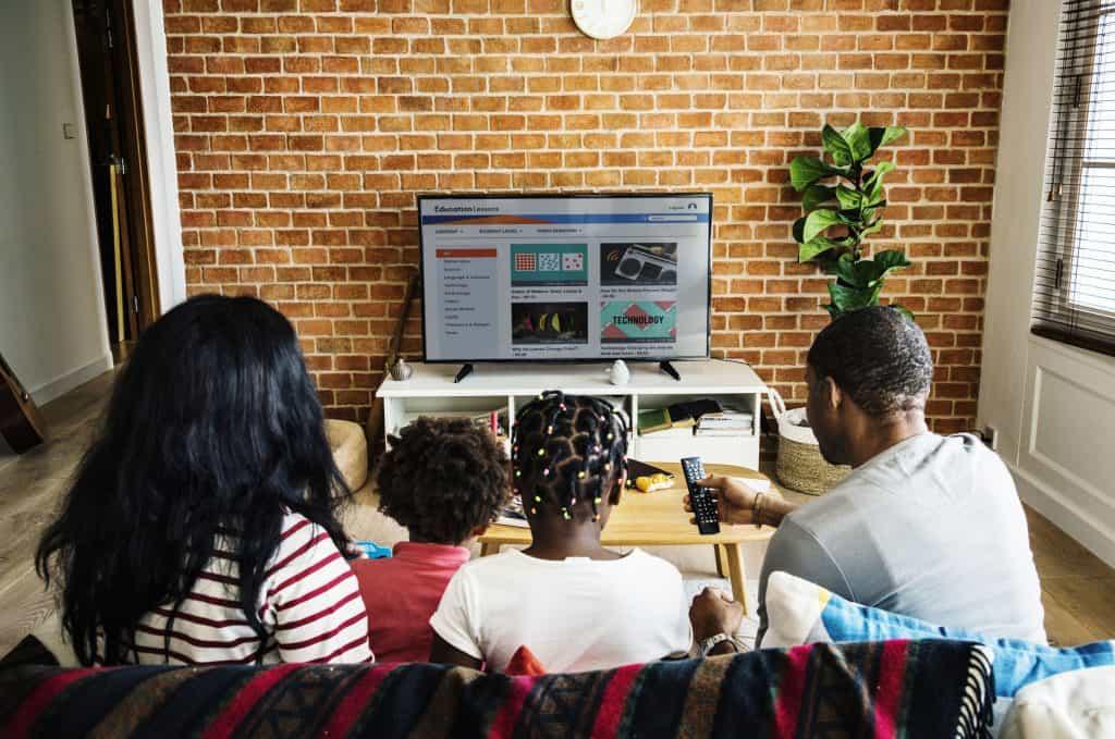 Família assistindo TV.