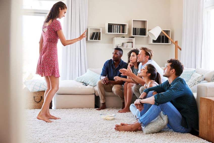 Imagem de um grupo de pessoas brincando de Imagem e Ação na sala de estar.