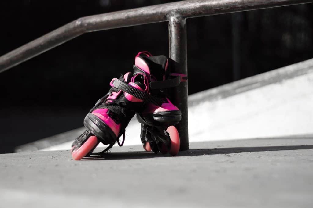 Imagem de patins rosa e preto.