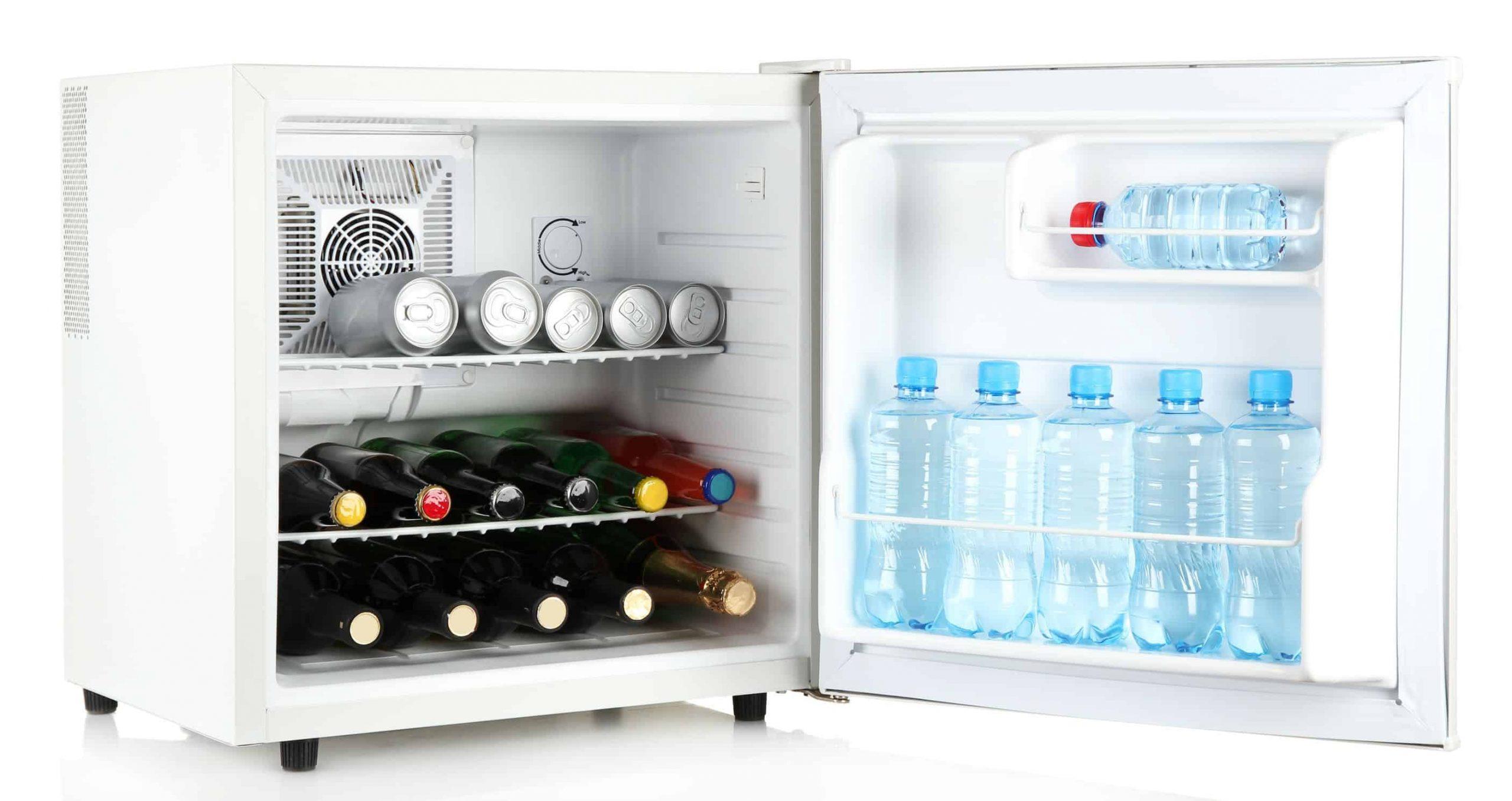 Imagem de frigobar aberto com bebidas dentro.