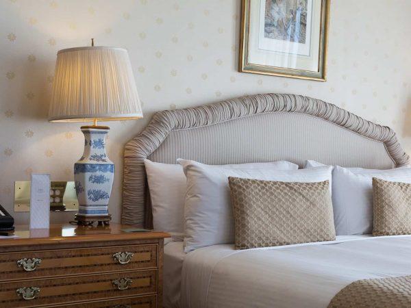 Imagem de travesseiros com fronha sobre cama.