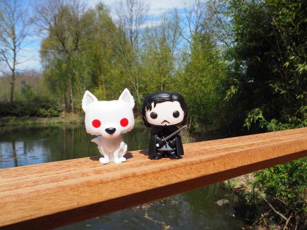 Foto de dois bonecos funko do Game of Thrones.