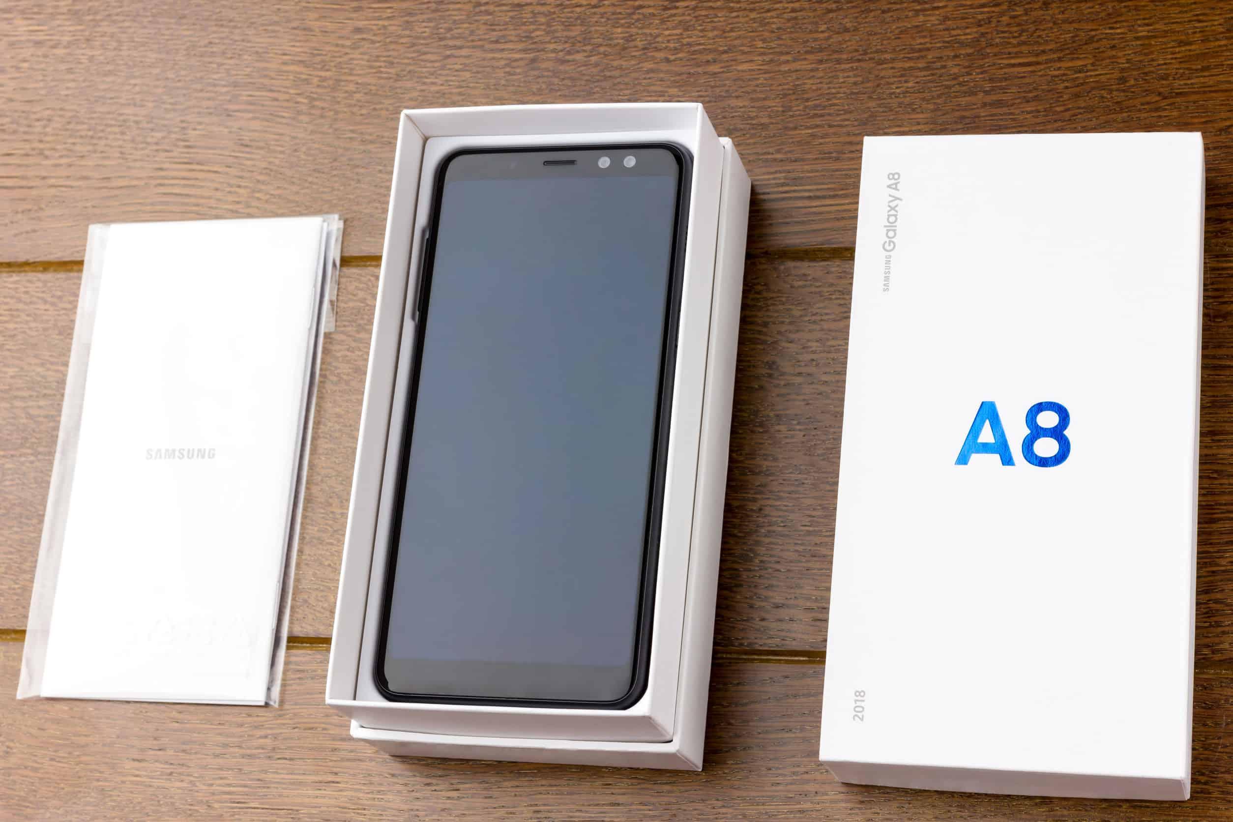 Imagem de um Galaxy A8 na caixa.