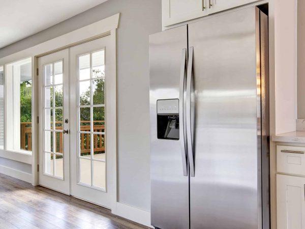 Geladeira de inox em cozinha.