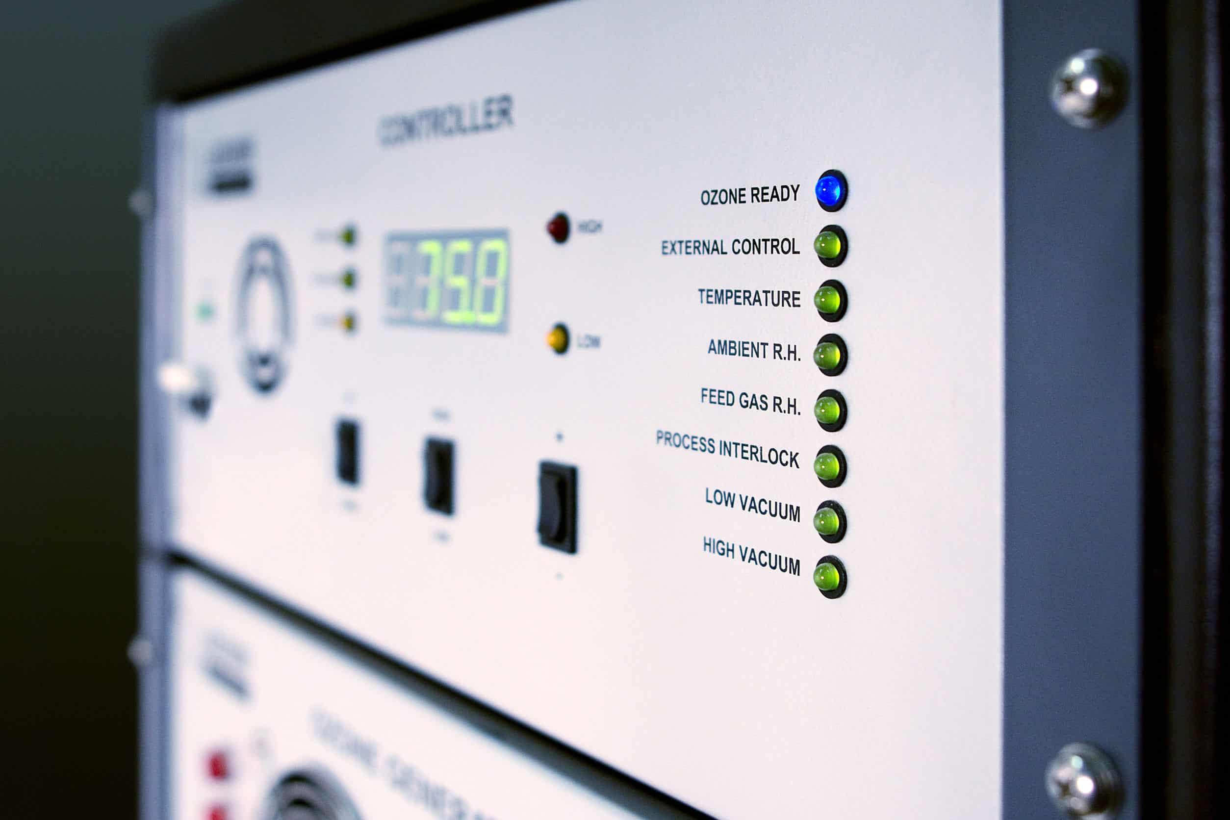 Imagem mostra o painel de controle de um gerador de ozônio.