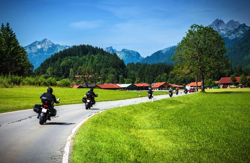Imagem mostra um grupo de motoqueiros viajando pelos alpes.