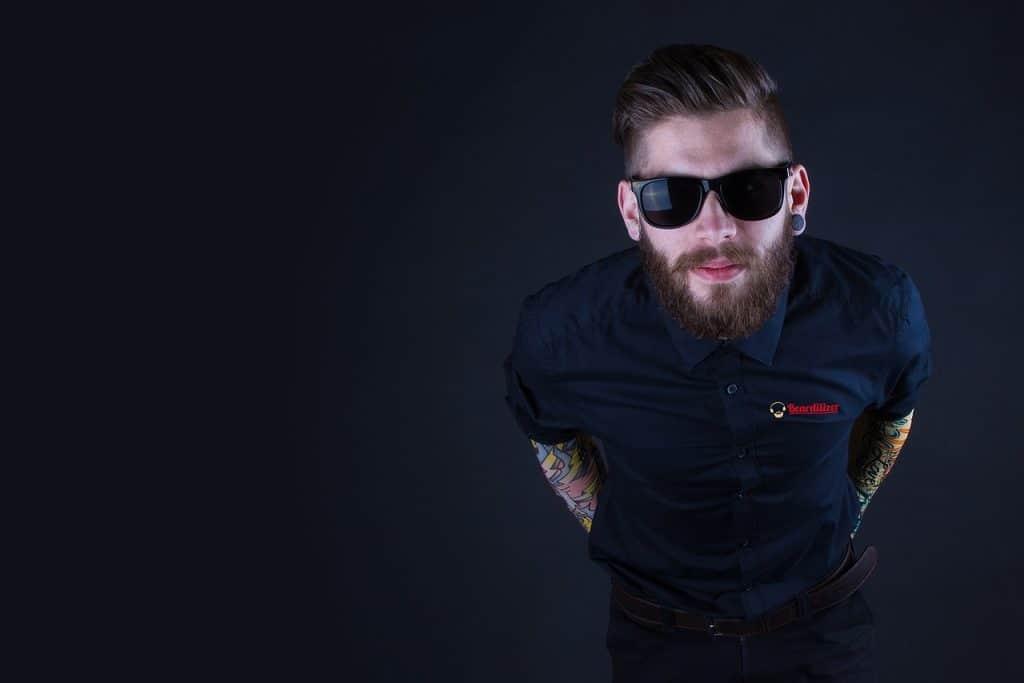 Imagem mostra um homem com uma barba bem cuidada.