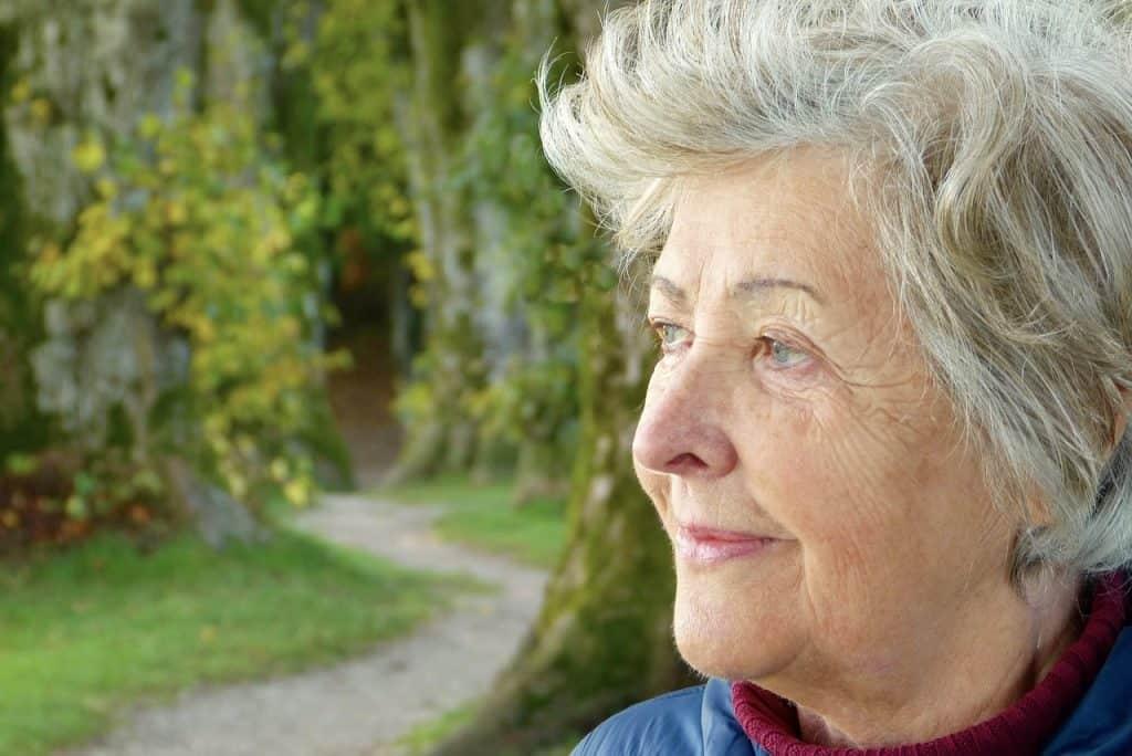 Mulher idosa ao ar livre.