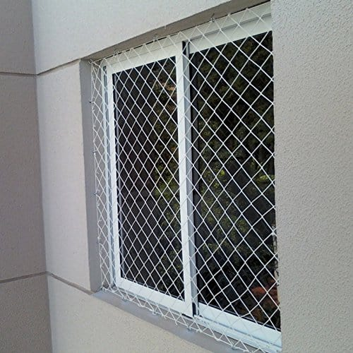 Janela vista pelo lado de fora com rede de proteção.