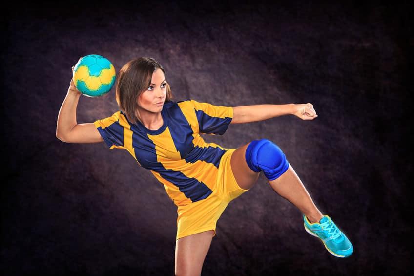 Mulher atleta de handebol arremessando a bola.