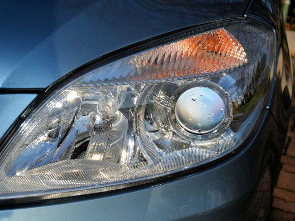 Um farol de um carro com lâmpada automotiva.