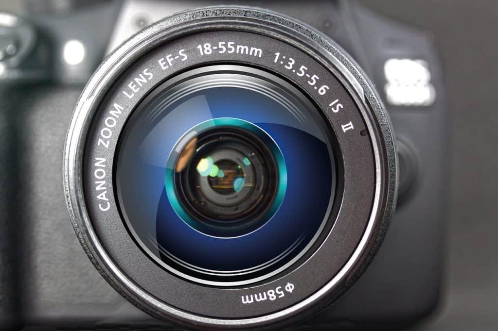 Imagem mostra a parte da frente de uma câmera DSLR.