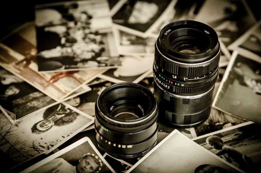 Imagem com duas lentes com fotografias ao fundo.