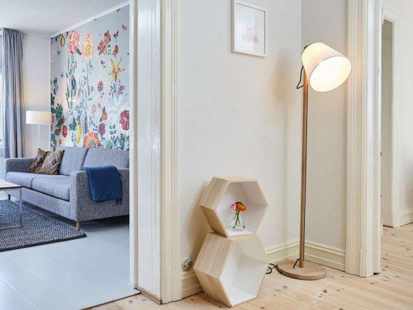 Sala e corredor com luminárias de piso.